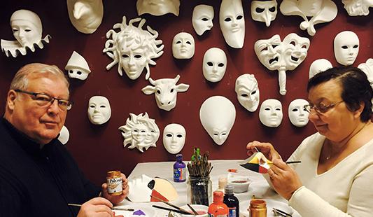 Claude et Catherine en pleine confection de leur masques vénitiens