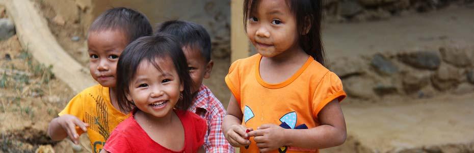 Jeunes vietnamiens rencontrant des voyageurs.