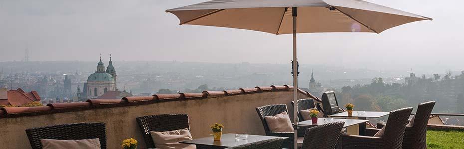 Terrasse à Prague donnant vue sur la ville.