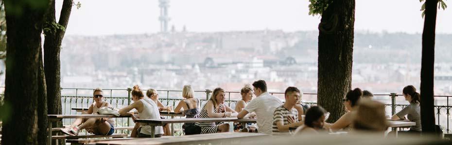 Profiter des terrasses en été à Prague.