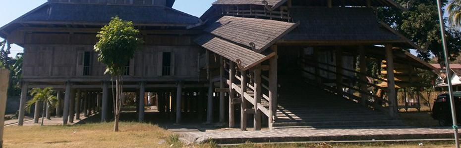 Maison sur pilotis sur l'île de Sumbawa en Indonésie